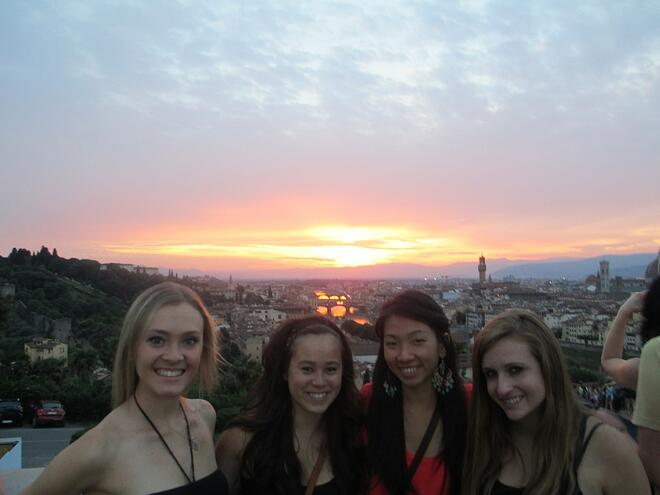 CAPAStudyAbroad_Florence_Dee Liang with friends enjoying the sunset with roommates at Piazzale Michelangelo