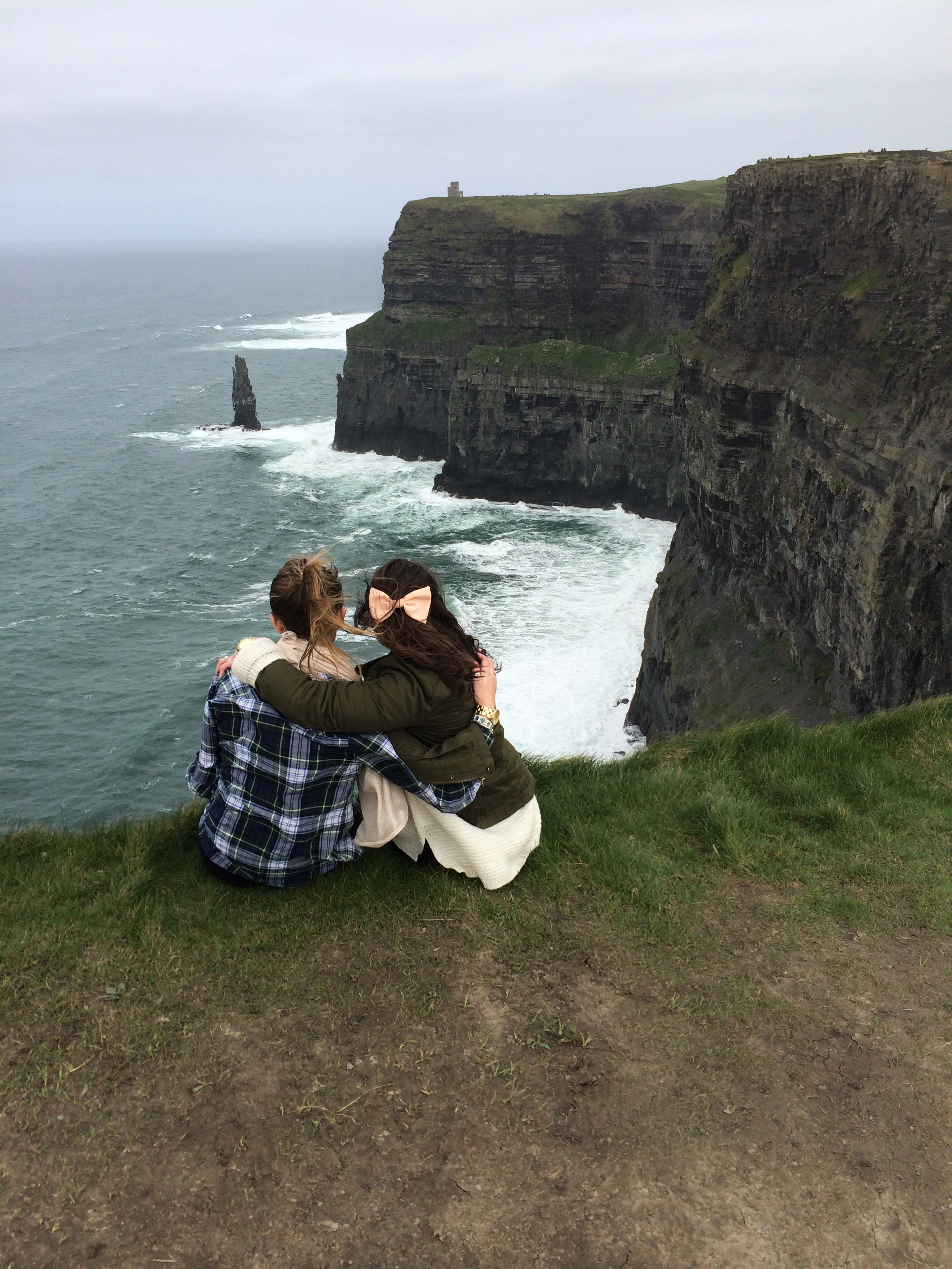 CAPAStudyAbroad_London_Sophia_Love_and_Michaela_Byrne_at_Cliffs_of_Moher