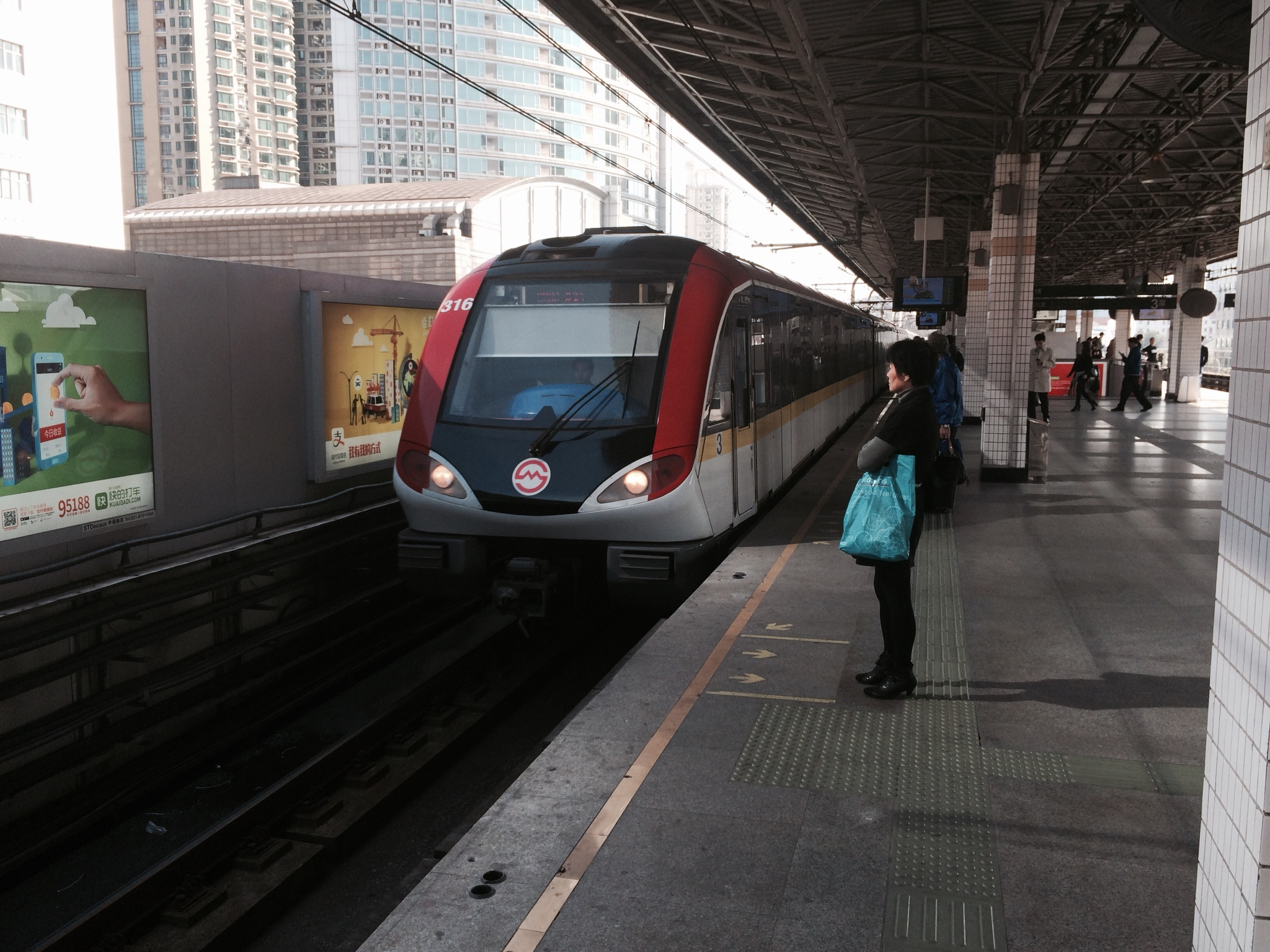 CAPAStudyAbroad_Shanghai_A_line_3_metro_train_arrives_at_an_elevated_station_by_Colin_Speakman.jpg