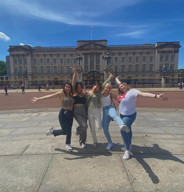 CAPAStudyAbroad_Summer2021_London_Courtney Risner_Buckingham Palace with friends
