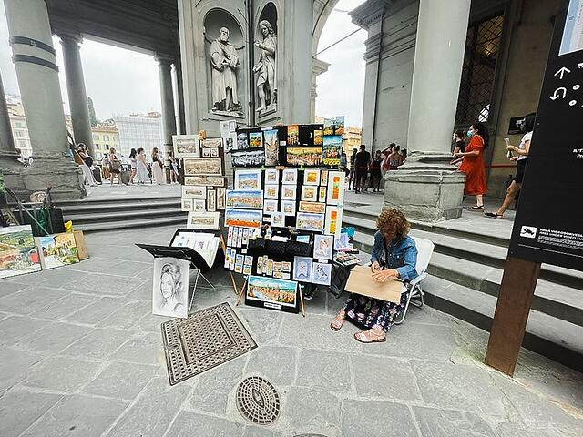 Here you can see the artist set up outside of the Uffizi Gallery.