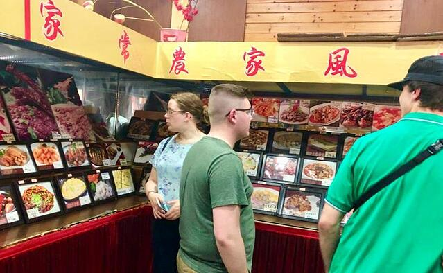 Students trying Chinese food