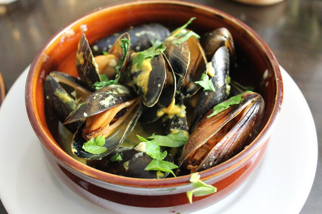 Photo of a bowl of steamed muscles